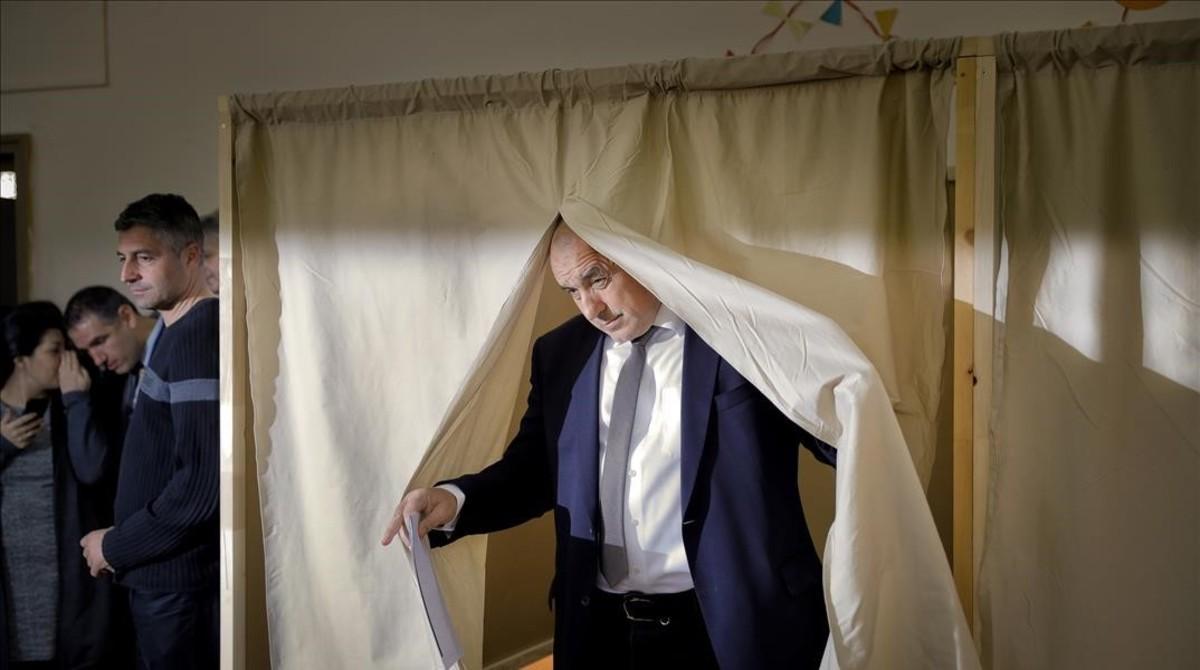 Borisov, líder del centroderechista GERB, tras votar en una cabina electoral, en Sofía, el 26 de marzo.