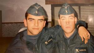 A la izquierda, el guardia civil Juan Carlos Sanz, asesinado en Madrid en 2001.