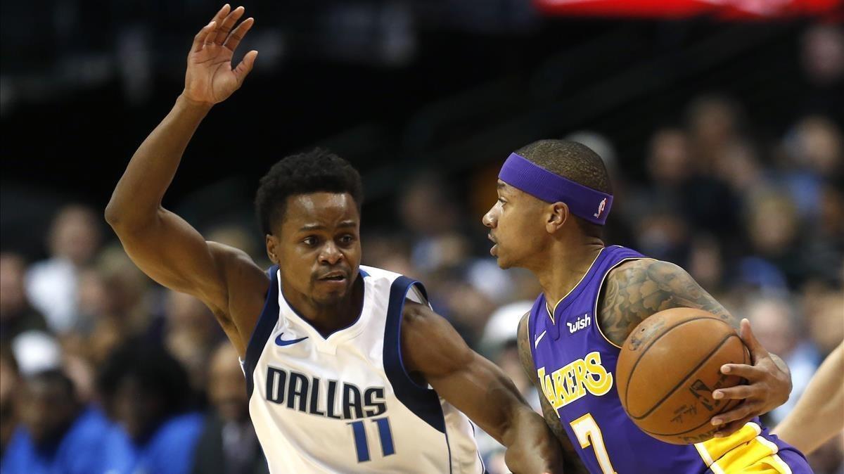 Thomas, de los Lakers, controla el balón ante Ferrell, de los Mavericks.