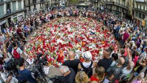 Muestras de afecto y solidaridad cubriendo el mosaico de Miró tras los atentados de La Rambla.