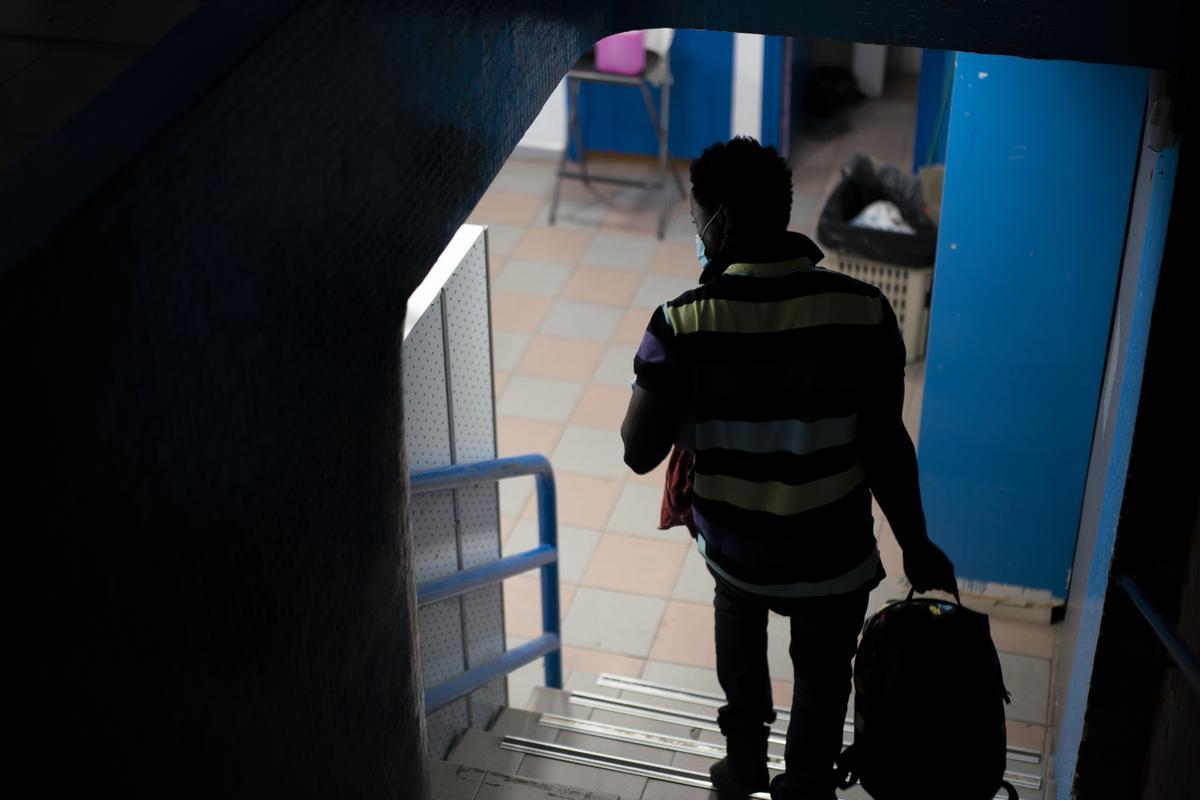 Un joven sin hogar en el gimnasio Sant Pau.