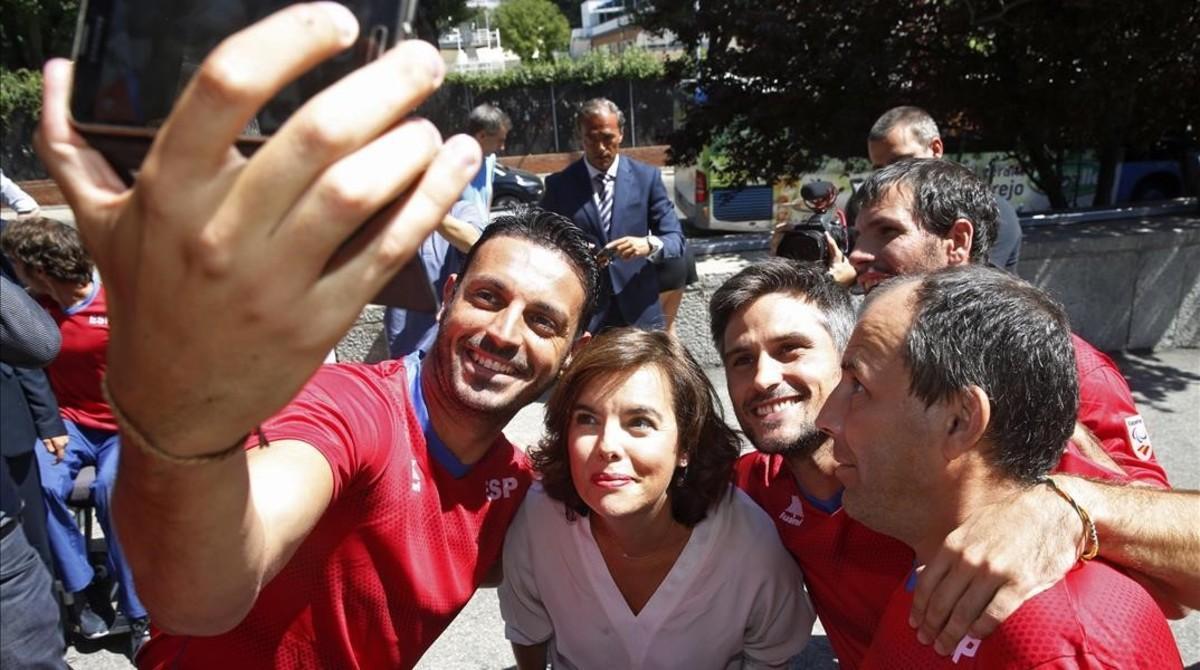 La vicepresidenta del gobierno Soraya Saenz de Santamaria se hace un selfie con deportistas paralímpicos.