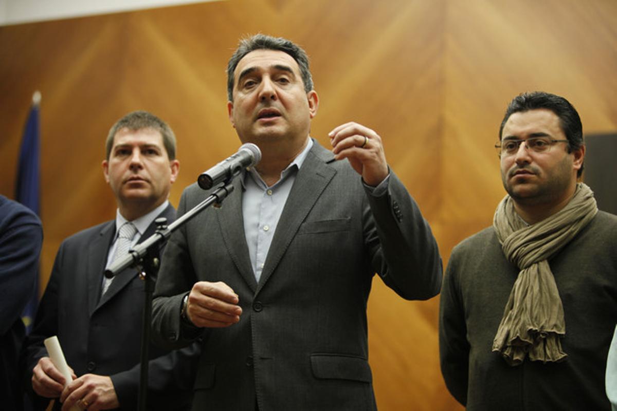 Manuel Bustos, flanqueado por miembros de su equipo de gobierno, el martes, durante una rueda de prensa en Sabadell.