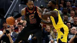 LeBron James controla el balón en su gran partido.