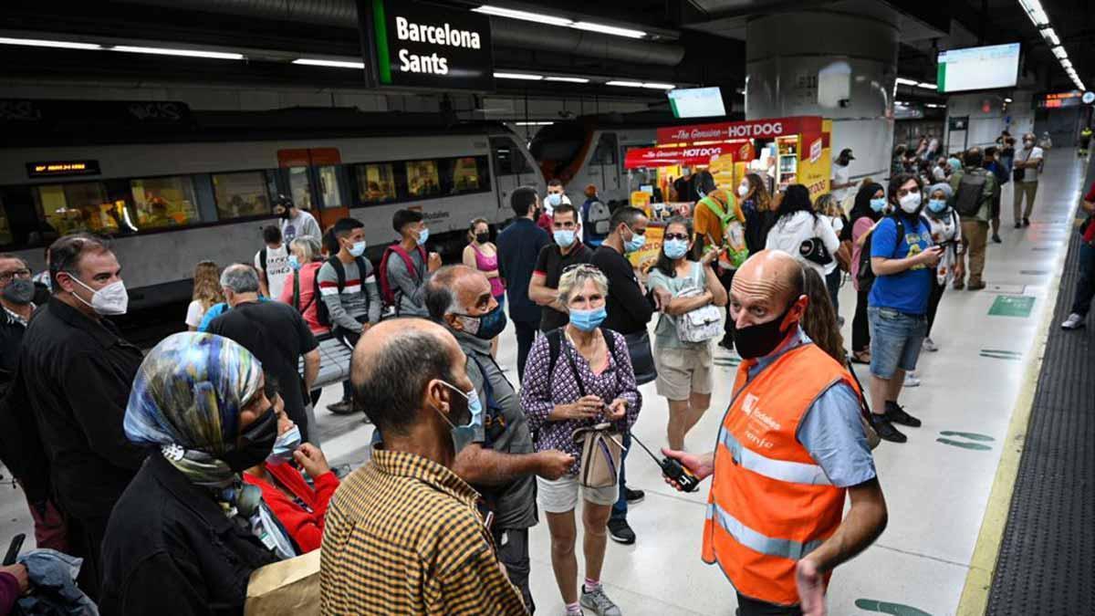 Aglomeración de pasajeros en la estación de Sants durante la segunda jornada de huelga de maquinistas.