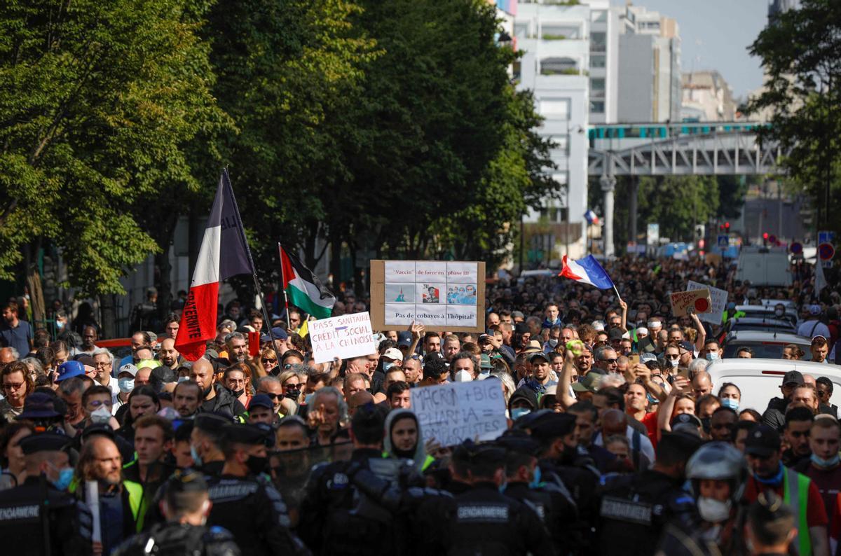 Manifestantes contra la vacunación obligatoria en París.