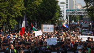 Milers de manifestants a França contra la «dictadura sanitària»