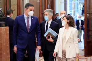 El presidente del Gobierno, Pedro Sánchez, a su llegada al Congreso con la vicepresidenta primera, Carmen Calvo, y el ministro del Interior, Fernando Grande-Marlaska, este 19 de mayo.