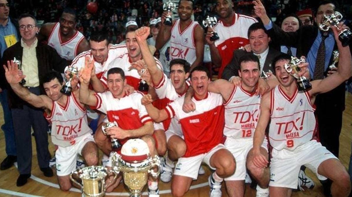 Los jugadores del TDK Manresa, en una imagen histórica instantes después de ganar la final