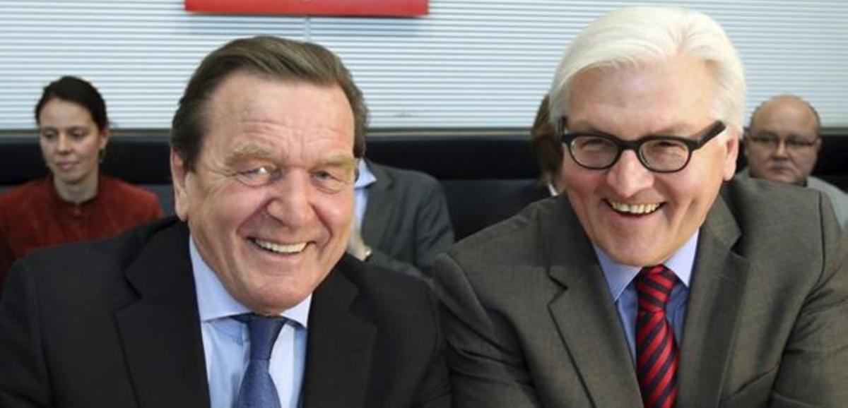 Schröder ( a la izquierda) con el portavoz del SPD, Frank Walter Steinmeier.
