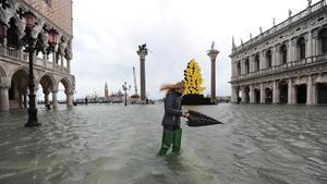 Venice (Italy)  08 12 2020 - A woman wades through high water in Venice  Italy  08 December 2020  A high water or Acqua alta phenomenon takes place in the winter in Venice  (Italia  Niza  Venecia) EFE EPA ANDREA MEROLA