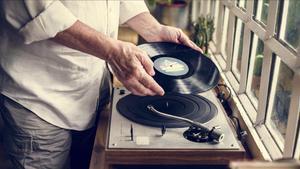 El momento de depositar el disco de vinilo en el plato, un ritual que vuelve.