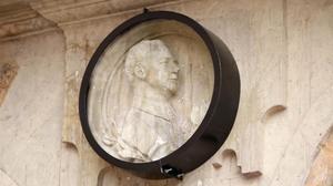 Imagen de la vitrina que protege el medallón de Franco en un lateral de la Plaza Mayor de Salamanca.