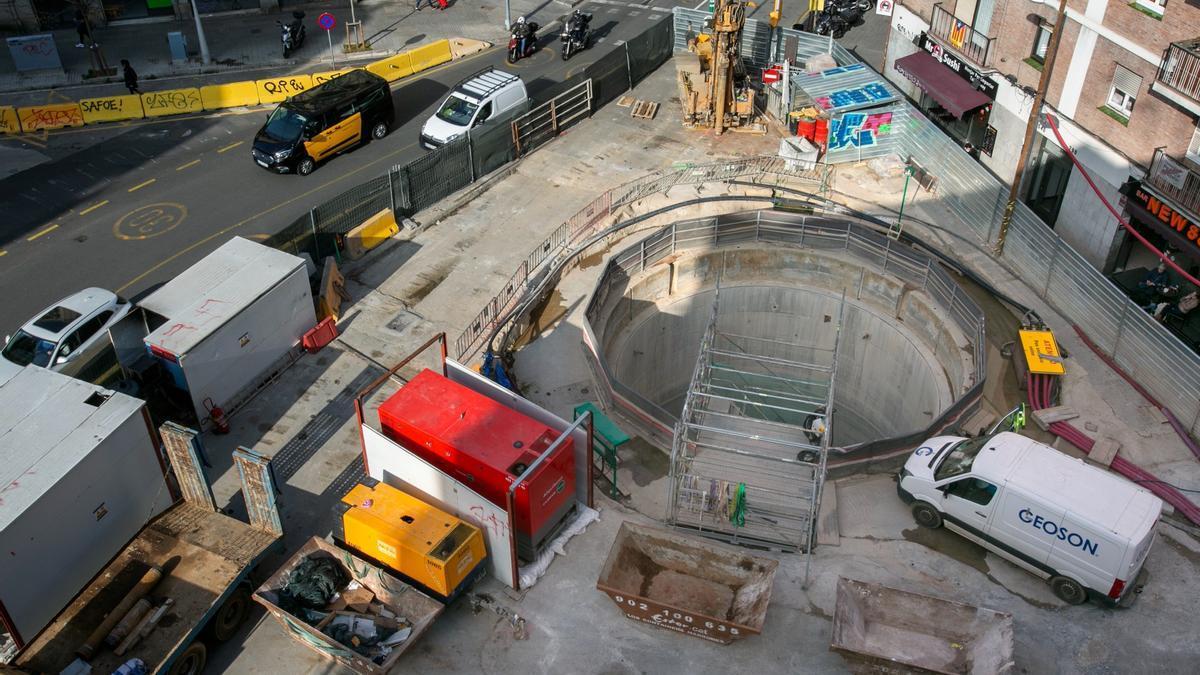 Obras de la salida de emergencia del túnel del AVE en la confluencia de las calles Mallorca con Independència, el pasado febrero.