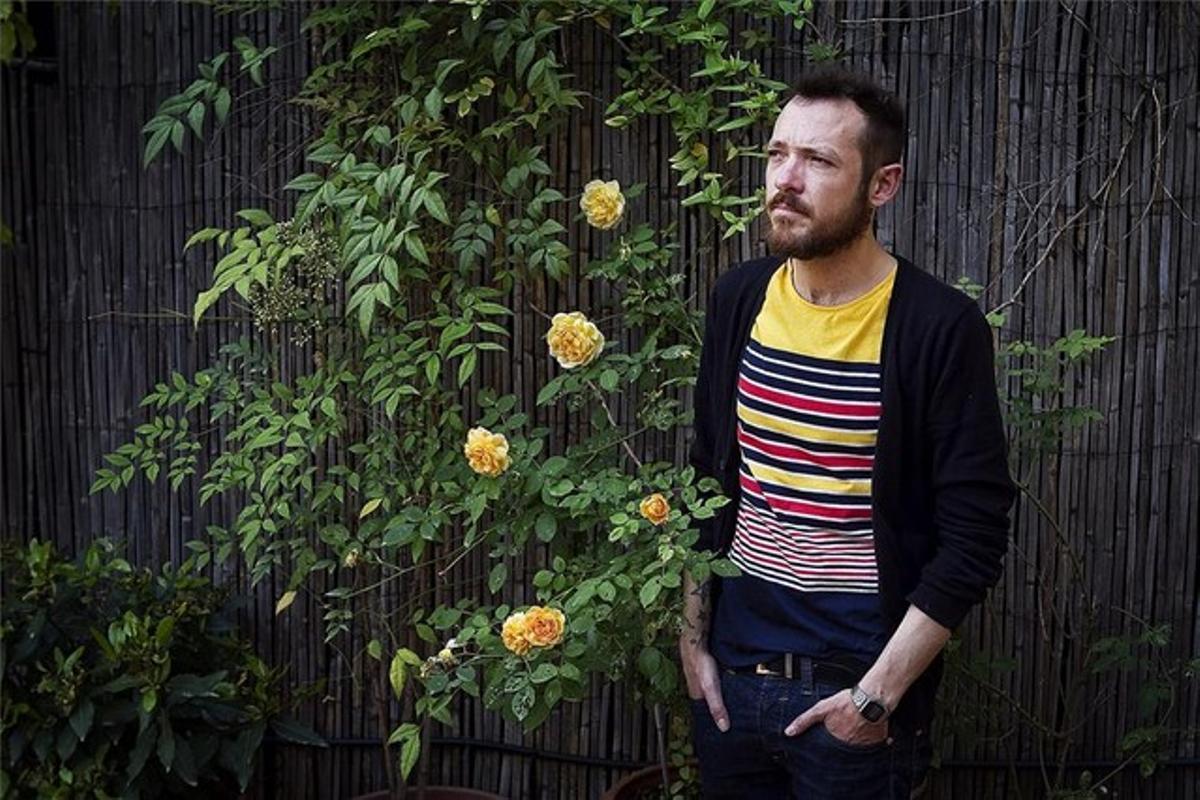 Frederic Sancho, un gay que sufiró acoso escolar por su homosexualidad, ayer a mediodía en la terraza del Casal Lambda, en Barcelona.