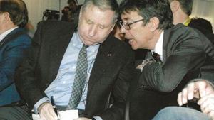 Aman Barfull, a la derecha, conversa con el francés Jean Todt, presidente de la Federación Internacional del Automóvil (FIA).