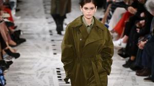 La modelo Kaia Gerber presenta una propuesta de Stella McCartney de la colección de este invierno.
