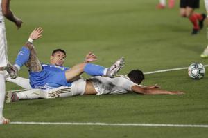 El uruguayo del Getafe Olivera reclama penalti durante el partido ante el Madrid.