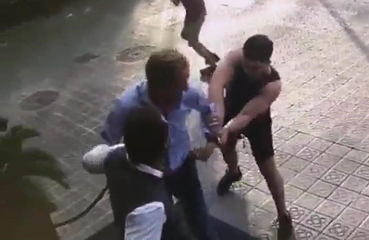 Robo violento de un reloj en plena calle en Barcelona.