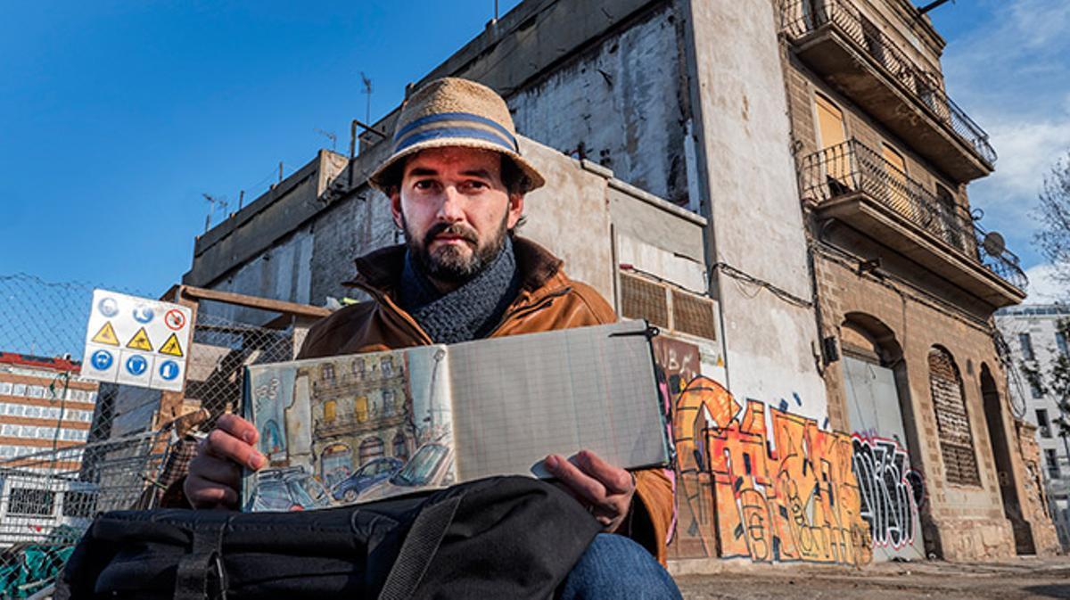 El ilustrador francés posa delante de uno de los edificios que pronto desaparecerán