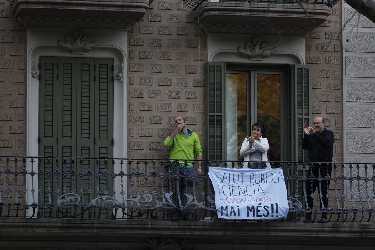 Aplausos a los sanitarios desde un balcón, en pleno estado de alarma, en abril.