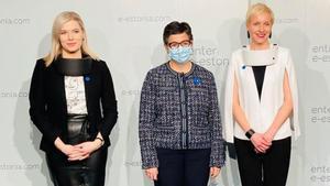 La ministra González Laya posa en Estonia con dos mujeres que llevan la mascarilla Respiray, un purificador de aire anticovid.