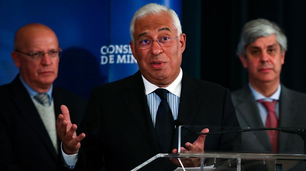 António Costa, en el centro, con sus ministros de Exteriores y de Finanzas.