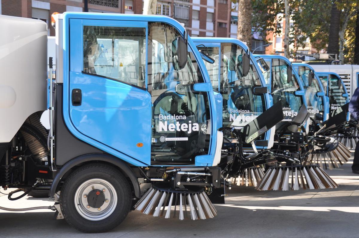 Varios vehículos de limpieza de la ciudad de Badalona, servicio gestionado por FCC.