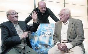 Los supervivientes José Alcubierre (izquierda) y Sigfried Meir y Carlos Hernández (de pie), autor del libro, ayer en Madrid.