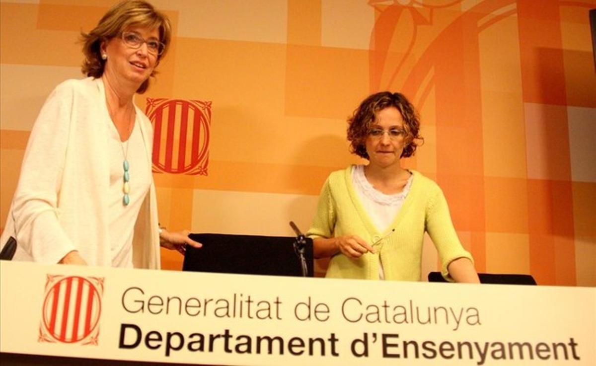 Irene Rigau y Meritxell Ruiz (a la derecha), en la Conselleria d'Ensenyament, en una imagen de julio del 2014.