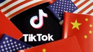 Banderas de EEUU y China rodean el logo de TikTok.
