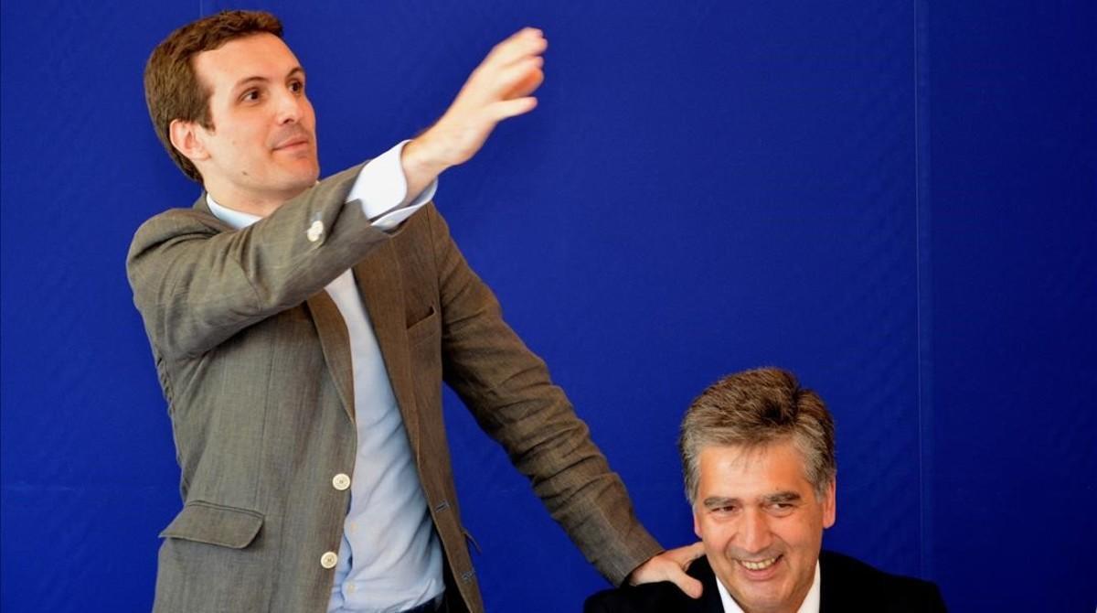 El candidato a la presidencia del PP, Pablo Casado, junto al senador Ignacio Cosido