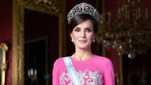 Retrato oficial de Letizia, vestida de gala.