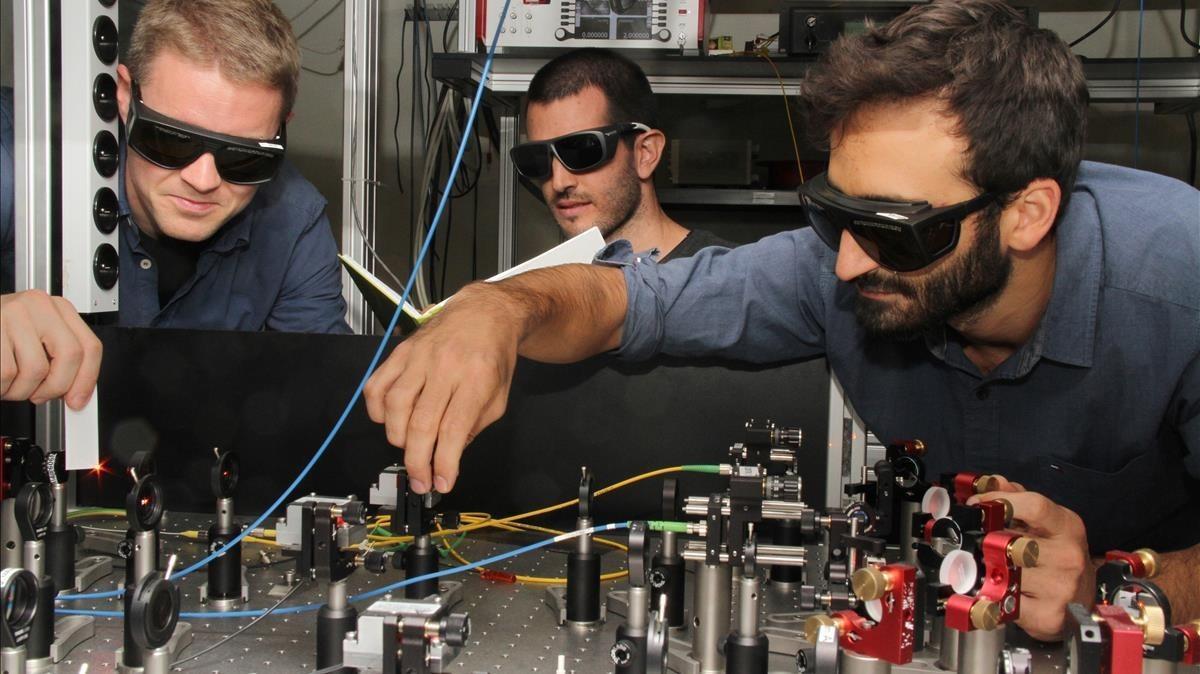 Miembros del equipo del Institut de Ciencies Fotoniques que ha construido una red cuántica híbrida. Deizquierda a derecha: Georg Heinze,Pau Farrera yNicolas Maring.