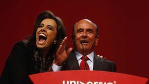 En julio del 2014, el presidente del Banco Santander, Emilio Botín, acompañado de la presentadora Carla Vilhena, habla durante la inauguración del III Encuentro Internacional de Rectores Universia.