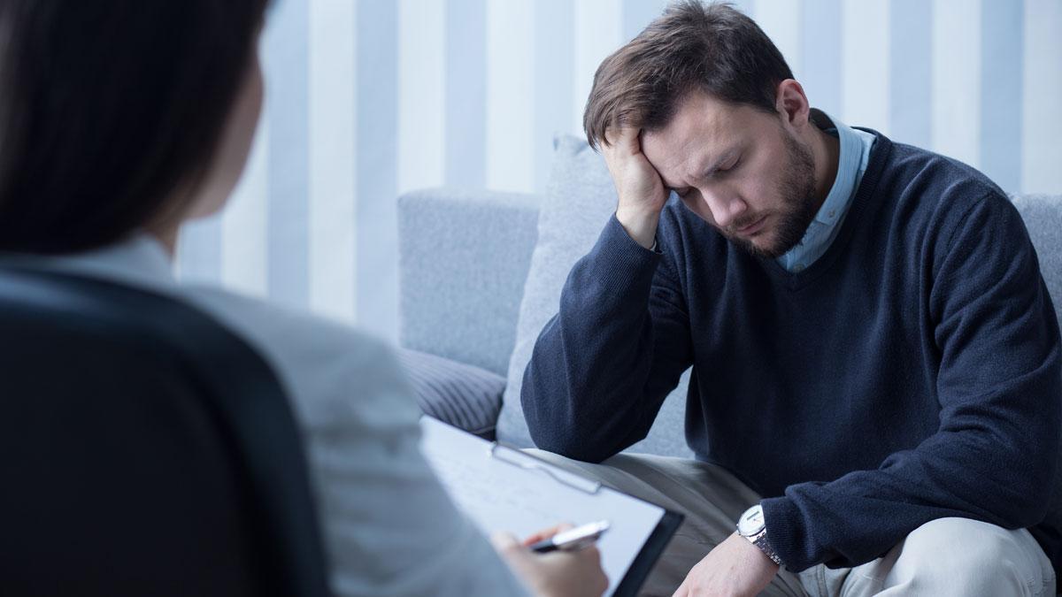 Un hombre durante una sesión de terapia psicológica.