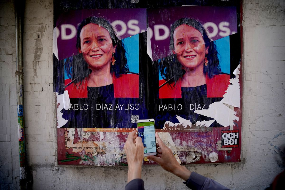 Cartel con una mezcla de las caras de Pablo Iglesias e Isabel Díaz Ayuso, obra de Jesús Hdez-Güero, en el barrio de Lavapies.