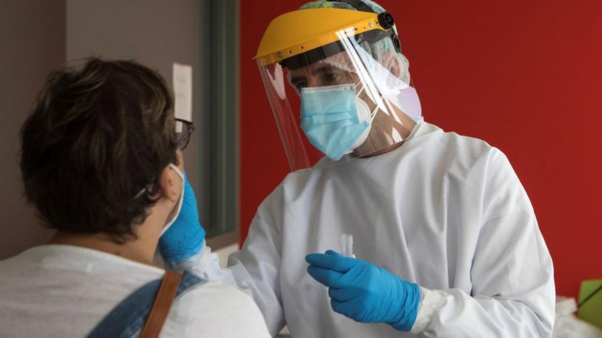 Suben las personas ingresadas en los hospitales y las UCI en Catalunya por el covid