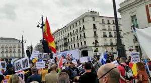 Los guardias civiles concentrados por la AUGC en la Puerta del Sol de Madrid guardan un minuto de silencio por sus compañeros muertos a causa de la pandemia.