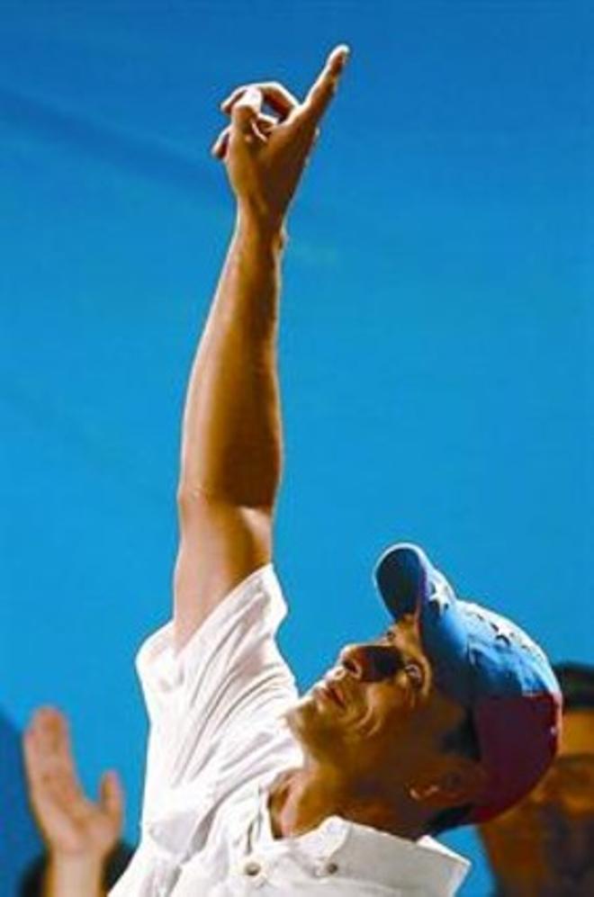 Capriles señala al cielo durante su mitin en Caracas, este lunes.