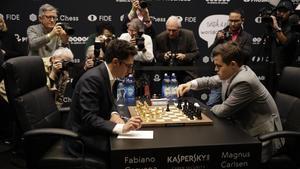 Caruana y Carlsen, durante la 12a y última partida del duelo a ritmo clásico, en el Mundial de Londres.