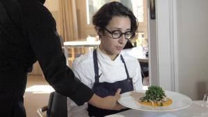 Laura Veraguas, chef del restaurante Iradier, enseña cómo se hace el cremoso de boniato, setas y col kale.