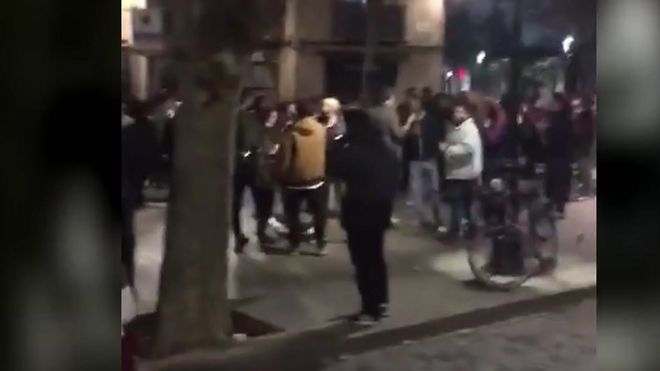 Botellón masivo en el Born de Barcelona sin distancia ni medidas de seguridad