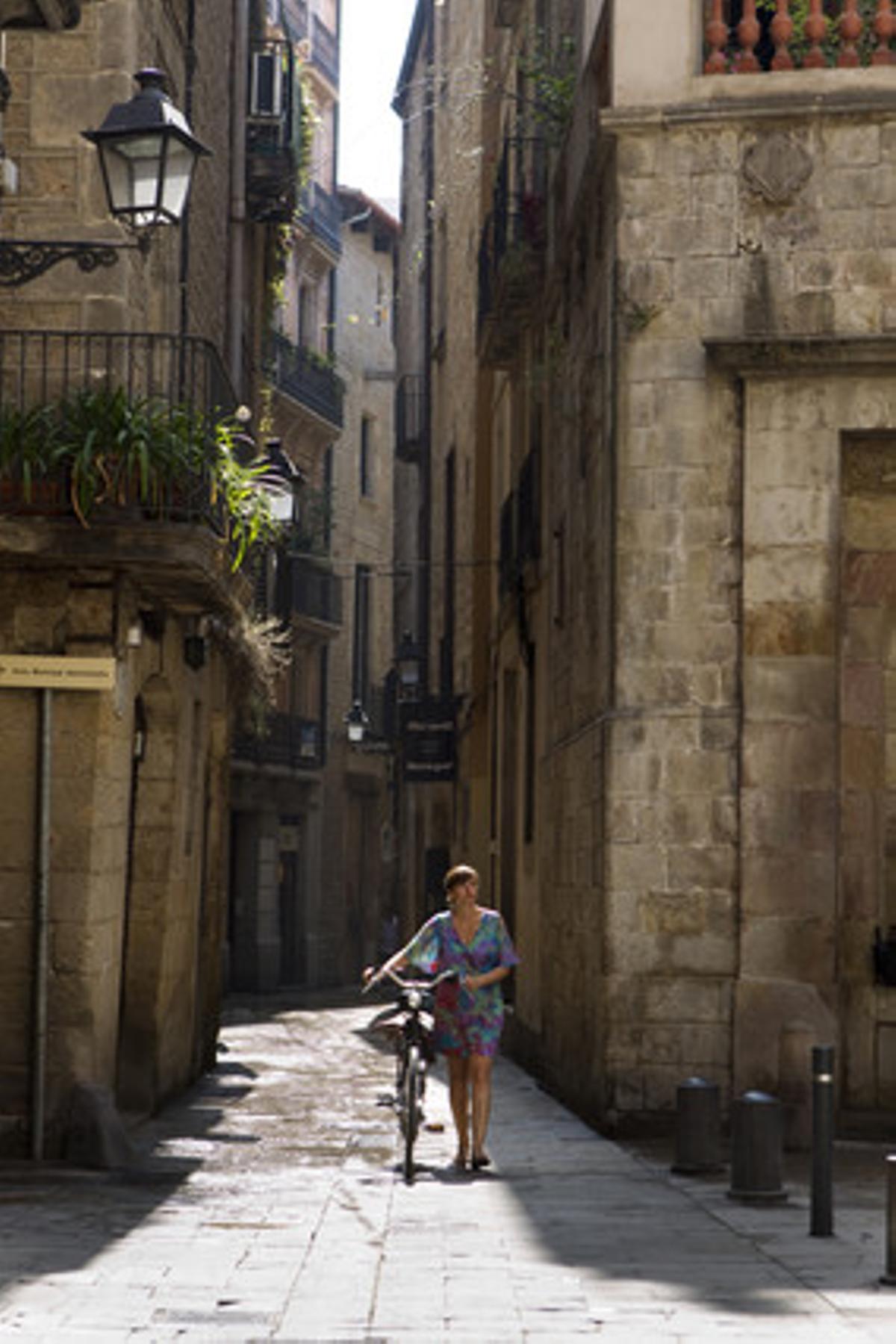Una chica pasea por la calle de Lledó, en el Gòtic de Barcelona.