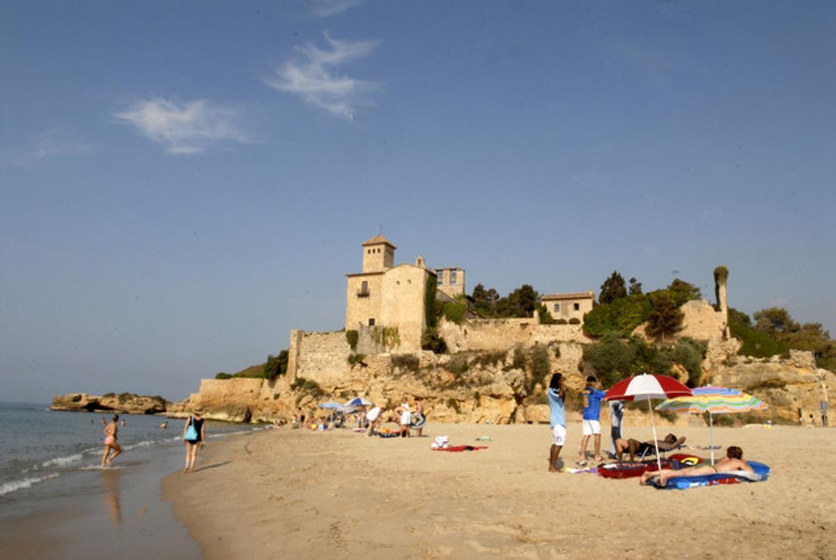 El Castell de Tamarit i la platja, que porta el seu nom,és undels llocs més destacats de la Costa Daurada.
