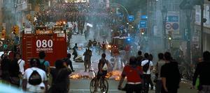 Enfrentamientos entre antisistema y mossos en la Via Laietana, el pasado miércoles.