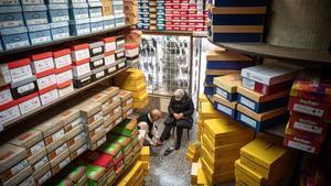 La casa de les sabatilles, comercio emblemático y uno de los pocos de su género que quedan en Barcelona, está en peligro de cierre a causa de un gran tenedor.