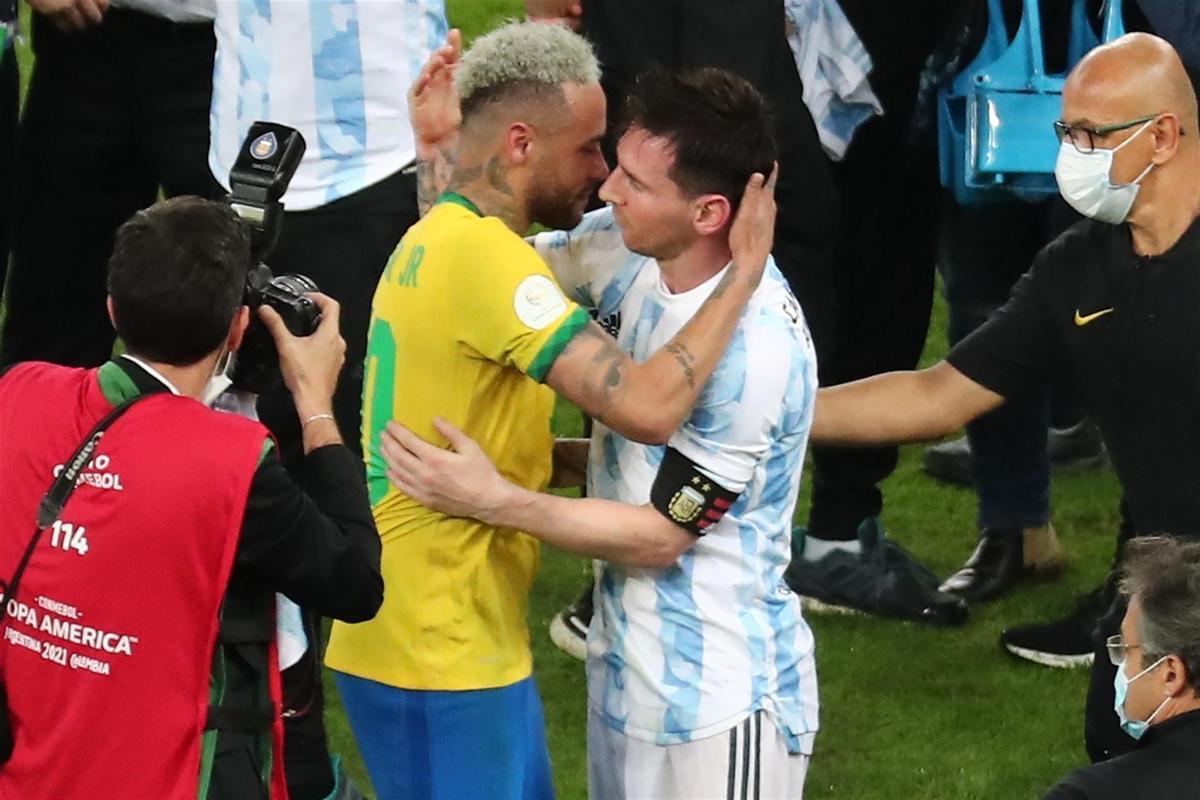 La sentida abraçada entre Messi i Neymar, rivals però amics