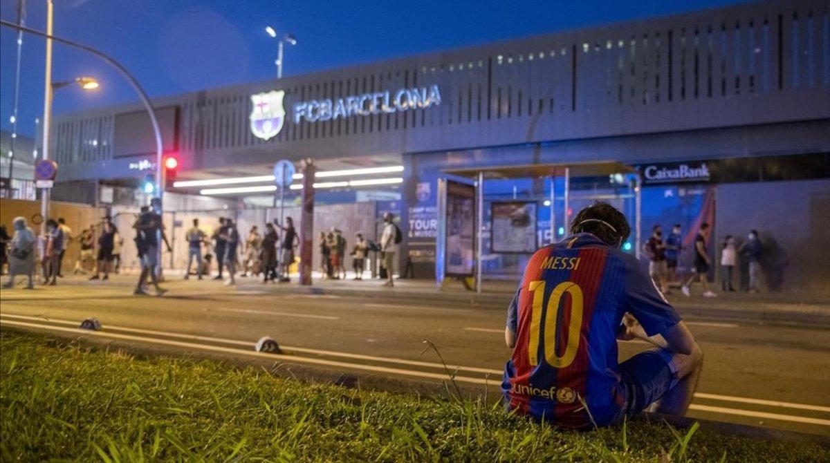 Un fan del Barça, el pasado miércoles, a las puertas del Camp Nou exigiendo la dimisión de Josep'María Bartomeu.