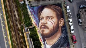 El artista callejero Jorit pinta un enorme retrato de Pablo Hasél en Nápoles.